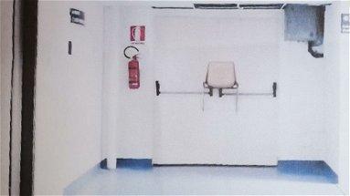 Ormai si fa quel che si può: arriva un contagiato, porte sbarrate... con le sedie