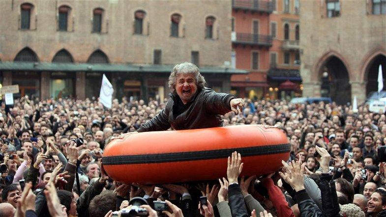 Dal V-Day di Grillo al V-Day di Conte: dovevamo diventare immuni dal virus della politica e, invece, non resta che difenderci dal virus della paura