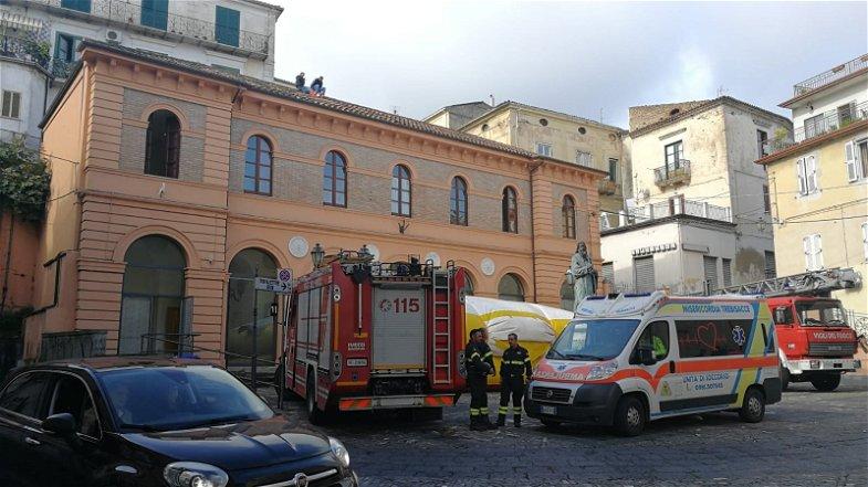 Rossano, operai licenziati servizio Verde Pubblico, sul tetto della sede Polizia Municipale, minacciano di buttarsi