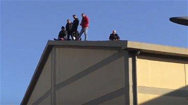 Corigliano-Rossano, operai verde pubblico tornano a protestare sui tetti | VIDEO