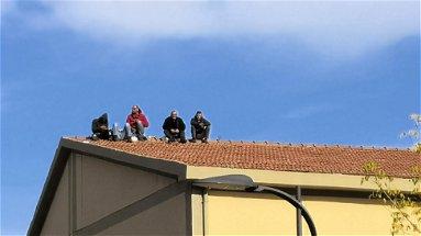 Rossano: di nuovo sul tetto, tornano a protestare gli ex operai del verde pubblico - VIDEO