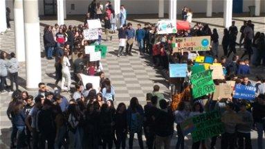 I ragazzi dei licei rossanesi manifestano per il Friday for Future | VIDEO