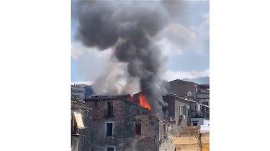 Incendio in corso a Rossano, abitazione in fiamme | VIDEO