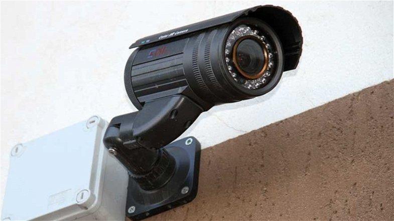 Spiava i dipendenti con telecamere abusive, denunciato nel Cosentino