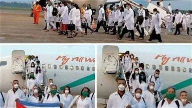 L'arrivo fra gli applausi dei medici cubani venuti in Italia per combattere il Coronavirus | VIDEO