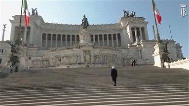 Emozioni dal Vittoriano: un solitario Mattarella rende omaggio al Milite ignoto - VIDEO