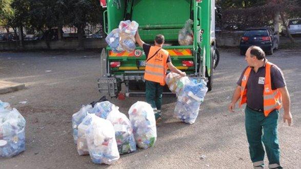 Rifiuti, operazione pulizia totale: tutti i mezzi impegnati nella raccolta della