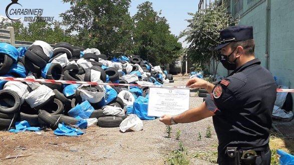 Sequestrati pneumatici fuori uso nel piazzale di un capannone abbandonato