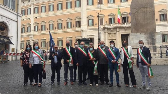 Sindaci calabresi da stamani a Roma per sit-in a Palazzo Chigi