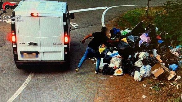 Abbandonano rifiuti in Sila, individuati i trasgressori