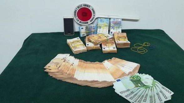 Sequestrati ben 74.000 euro occultati all'interno di un'autovettura