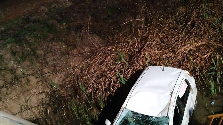 Rocambolesco incidente a Lauropoli: auto finisce in una scarpata. Conducente illeso