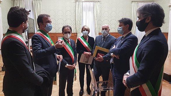 Conte incontra i sindaci calabresi: urge piano straordinario per superare emergenza sanitaria
