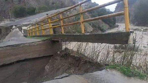 Maltempo: crolla un ponte nel crotonese, nessun ferito
