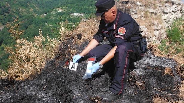 Incendi boschivi, tratto in arresto un uomo responsabile di diversi roghi