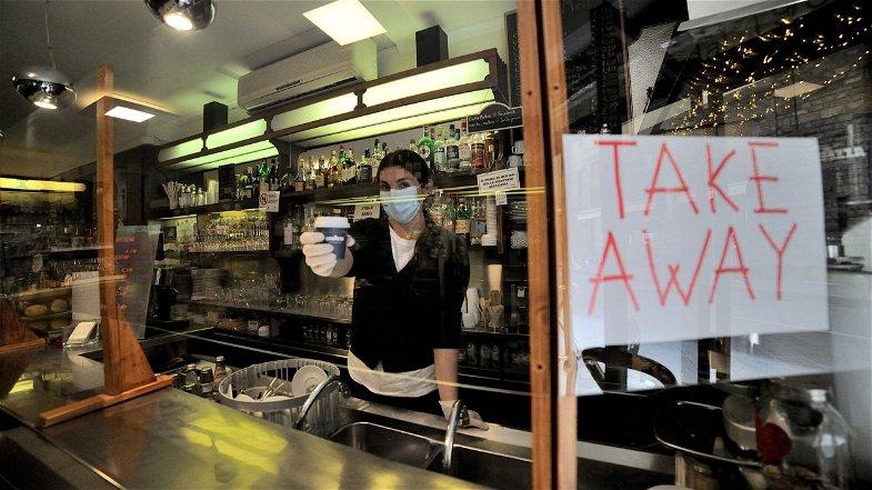 Il Governo pensa a chiudere i bar (anche per l'asporto) alle 18