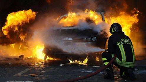 Notte di fuoco a Corigliano-Rossano, in fiamme l'auto di un poliziotto e un furgone utilizzato da braccianti