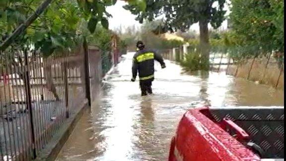 Esonda il Crati: i vigili del fuoco stanno procedendo all'evacuazione di alcune famiglie - VIDEO