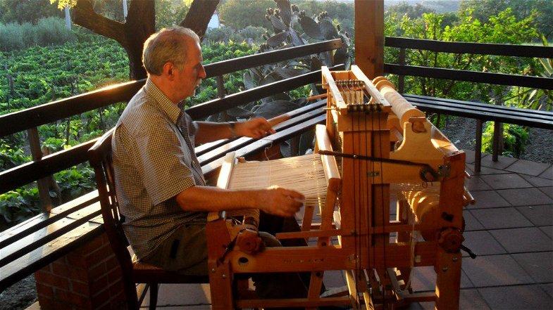 Dalla Valle del Trionto alle passerelle di Fendi: ecco il filato di ginestra del maestro tessitore Filippelli