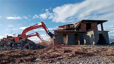 Corigliano-Rossano, continua la lotta al degrado: demolito immobile in località Zolfara