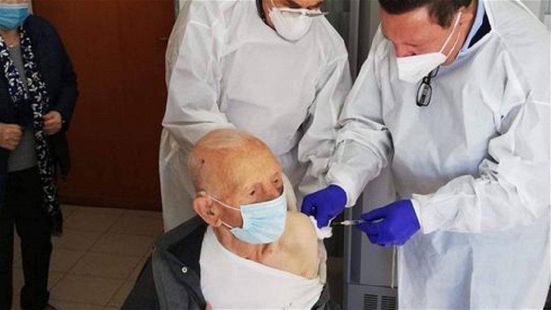 La storia di Zio Vincenzo, l'eroe di guerra che a 102 è stato vaccinato