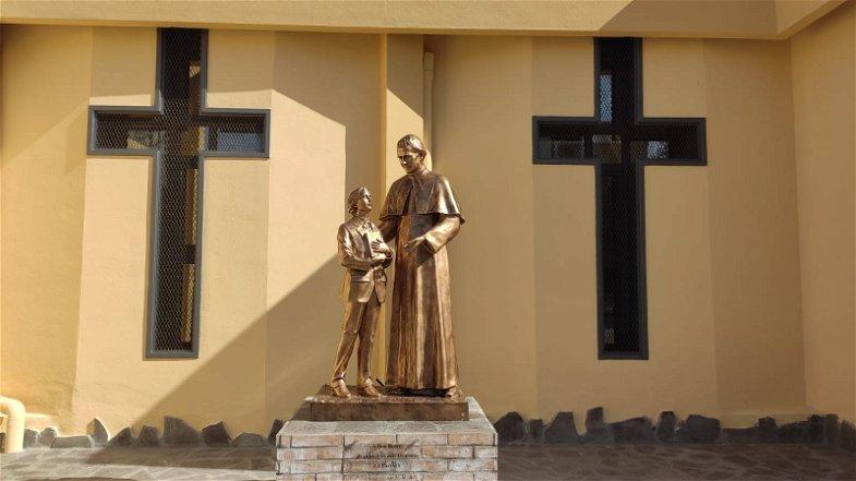 Corigliano-Rossano, una statua che trasmette speranza dimora davanti all'oratorio di Maria Madre della Chiesa