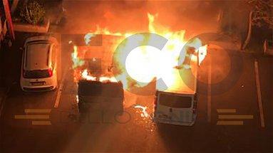 Corigliano-Rossano, a fuoco nella notte due furgoni per il trasporto di operai