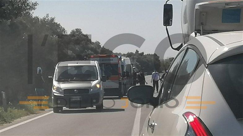Incidente sulla Statale 106: una moto finisce su un guardrail: Centauro trasferito a Cosenza