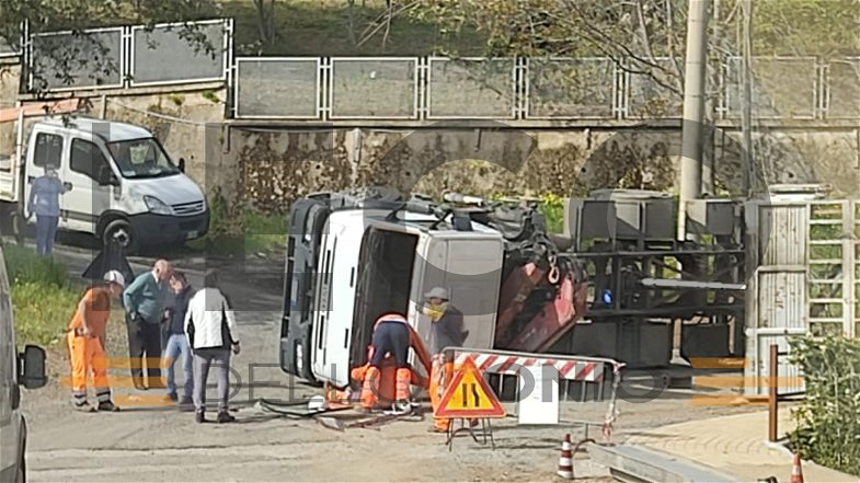 Incidente sul lavoro, si ribalta un camion: illeso il conducente