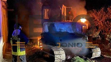 Ennesimo incendio nella notte a Corigliano-Rossano, in fiamme un escavatore