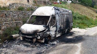Un altro incendio notturno a Corigliano-Rossano: a fuoco un furgone