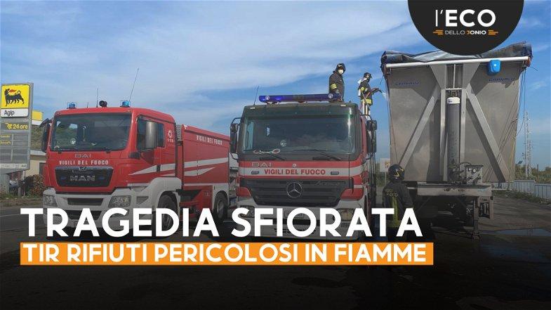 Pietrapaola, Tir rifiuti in fiamme sulla Statale 106: dentro anche scorie tossiche