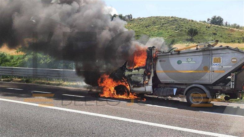 Panico in autostrada: furgone dei rifiuti in fiamme sulla A2