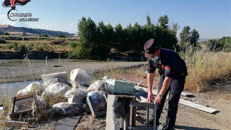 Abbandono di rifiuti sull'argine del Crati: denunciato il rappresentante legale di una azienda