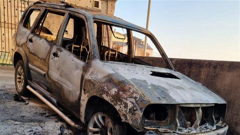 Corigliano-Rossano, due auto in fiamme nella notte nei pressi del castello ducale