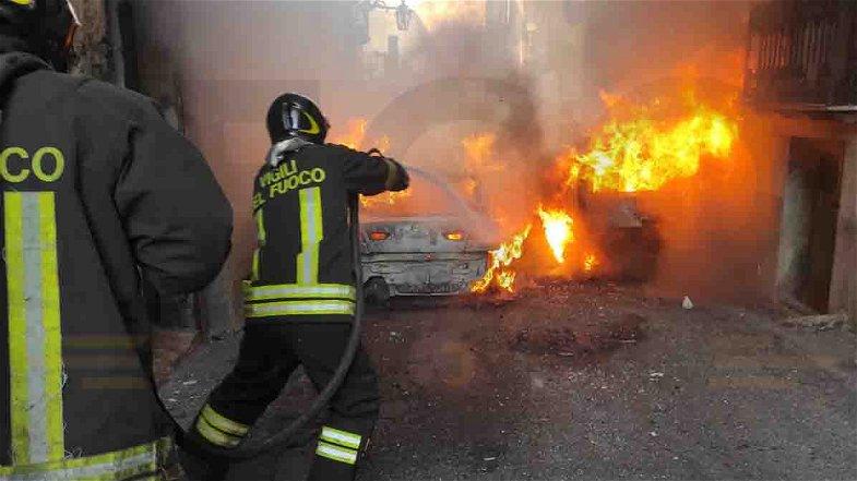 Paura nel centro storico di Rossano: due auto a fuoco in via San Bartolomeo