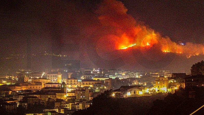 Incendio Rossano, le fiamme hanno scavalcato Cozzo Pirillo: ora il fuoco è a 100 metri da centro storico