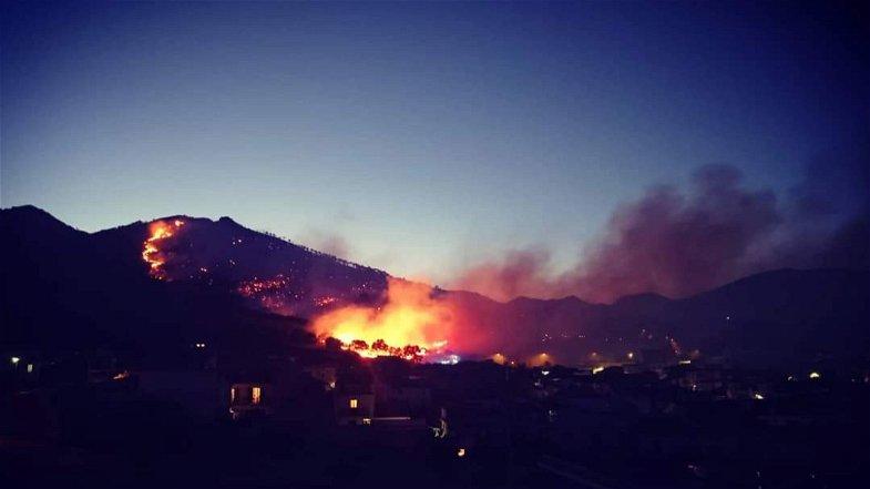 San Basile, un'intera montagna ancora in fiamme. Arrivano i mezzi aerei