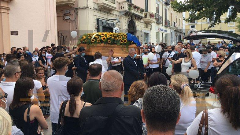 Palloncini bianchi e petali di rosa dal cielo: Castrovillari dice addio a Eleonora Recchia
