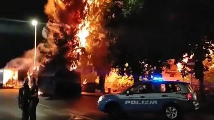 A fuoco un carrettino della frutta ma le fiamme si estendono ad un albero: è il caos