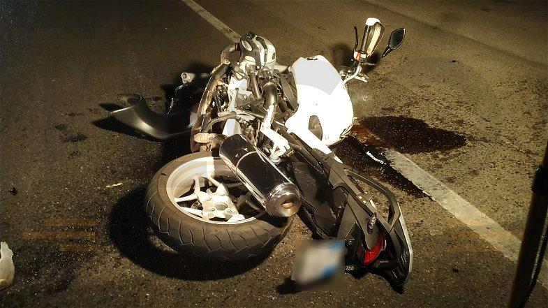 Un altro incidente sulla Statale 106: scontro auto-moto, ferito il centauro
