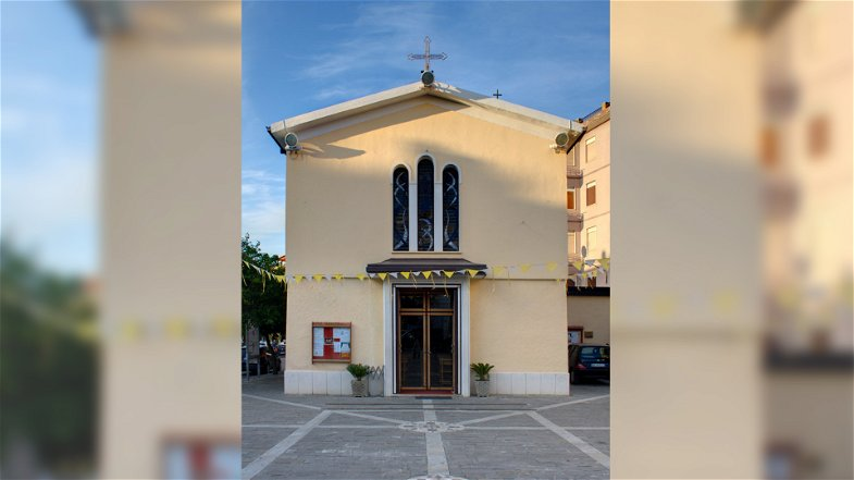 Entrano in chiesa per rubare la cassetta delle offerte e demoliscono la sacrestia: arrestati