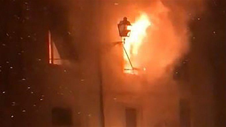 Incendio nel centro storico di Corigliano, arrestato un turco: è stato lui ad incendiarsi casa