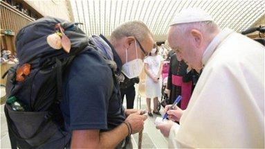 Don Santino, 700 km a piedi da Donnici a Roma per chiedere a Papa francesco «di pregare per noi»