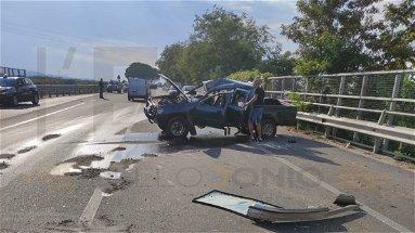 Ennesimo scontro sulla Statale 106, si ribalta un pick-up: ferito il conducente