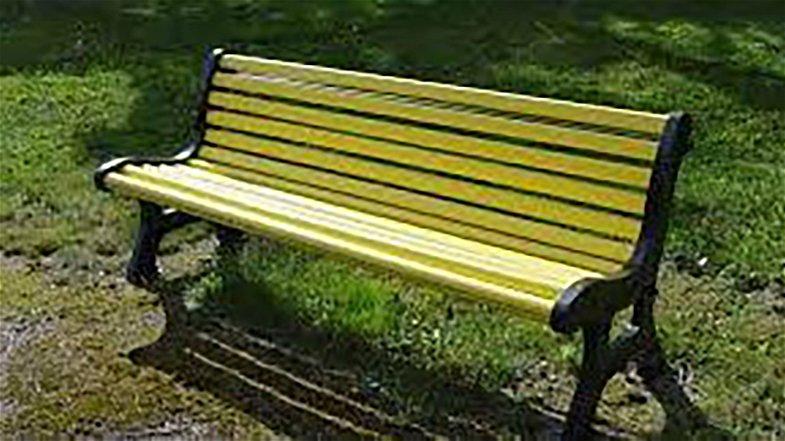 Castrovillari dice no al bullismo e al cyberbullismo con una panchina gialla davanti ad ogni scuola