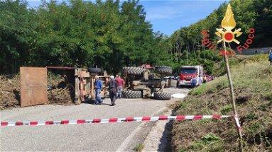 Ragazzino muore schiacciato da un trattore sotto gli occhi del padre