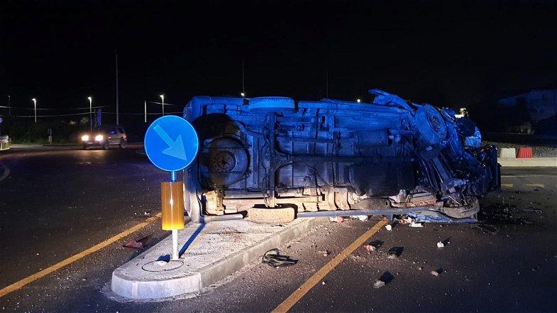 Statale 106, incidente alla rotonda di Insiti