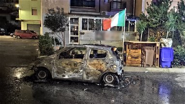 Corigliano-Rossano, inferno in Piazza Salotto: a fuoco un'auto nel cuore della notte