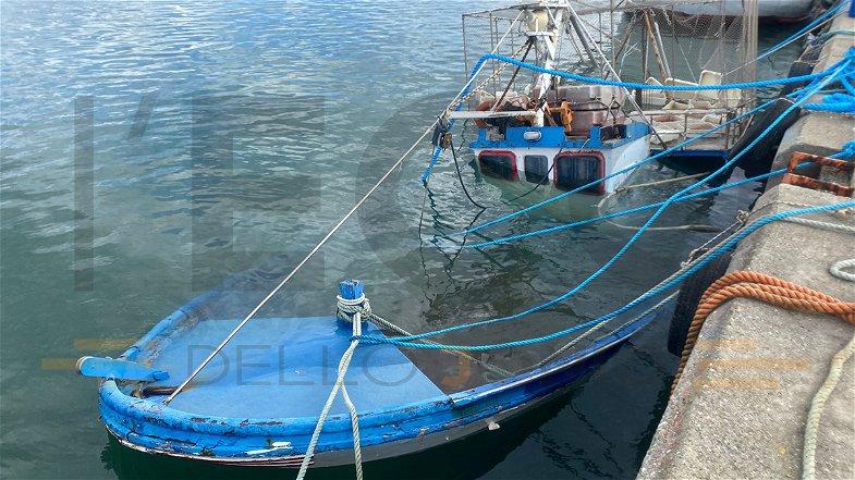 Peschereccio sommerso dall'acqua nel porto di Schiavonea. Scattano i controlli